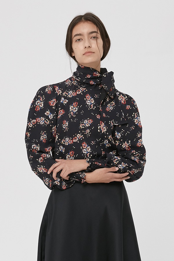 [20FW] BLACK FLOWER PRINT NECK SCARF BLOUSE (JTJB111)